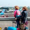 Moeder en dochter op het vliegveld