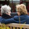 Dochter met bejaarde moeder op een bankje