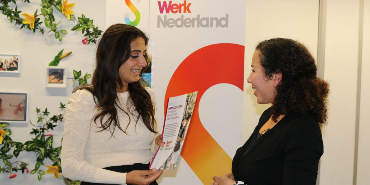 Sociaal Werk Nederland praat met jongeren, jongerenwerkers en wethouder bij Straathoekwerk