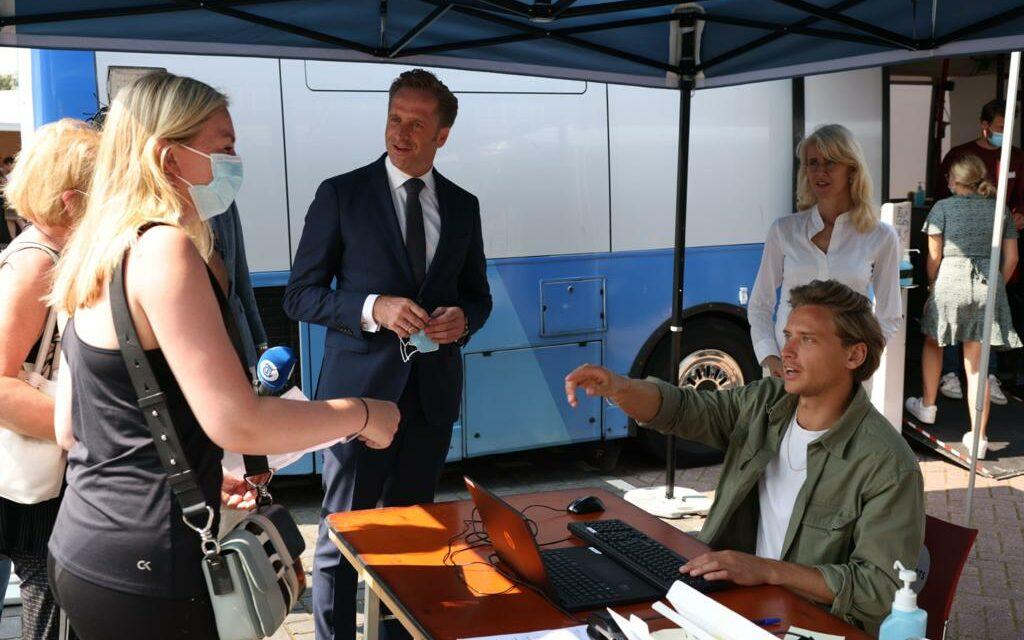 Hugo de Jonge en Mona Keijzer bezoeken prikbus in Volendam