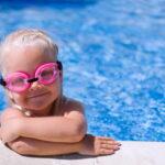 Let met kleine kinderen goed op bij zwemwater